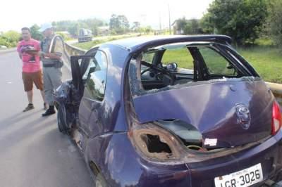 Acidente envolve Ford Ka e caminhão no trevo de acesso à cidade
