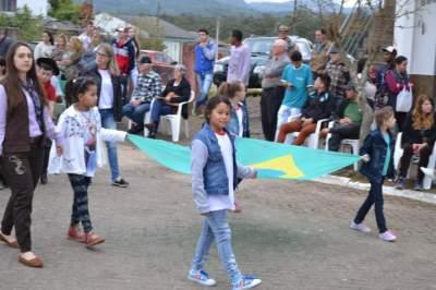 Desfile Cívico Farroupilha reúne centenas de pessoas em Novo Cabrais