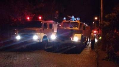 Dois caminhões foram usados para controlar as chamas - Fotos: Tiago Mairo Garcia - Folha de Candelária