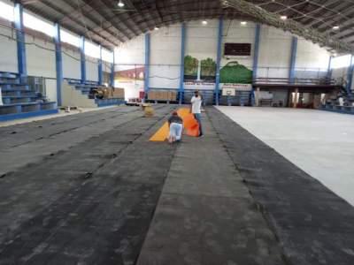 Imagem mostra o início da colocação do novo piso