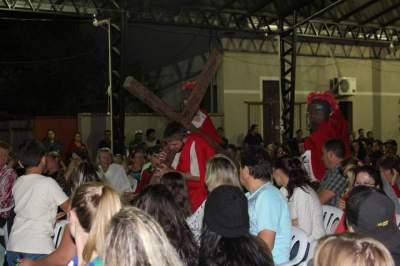 Encenação da Paixão e Morte de Cristo emocionou o público na rua coberta