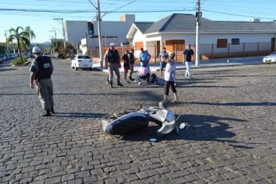 Colisão deixa motociclista ferida no centro