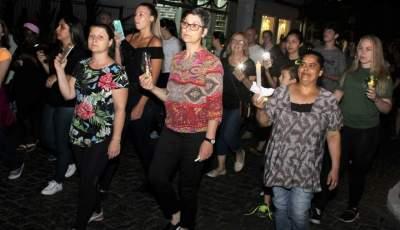 """Em protesto pacífico, professores estaduais realizam """"Passeata Iluminada"""""""