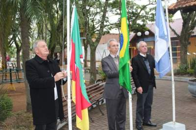 Hasteamento das bandeiras ocorreu na Praça Alberto Blanchardt da Silveira