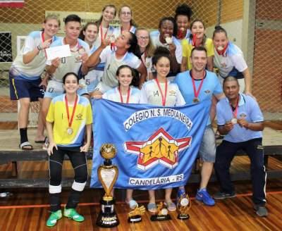 Na imagem, a equipe do Colégio Medianeira com todos os troféus conquistados