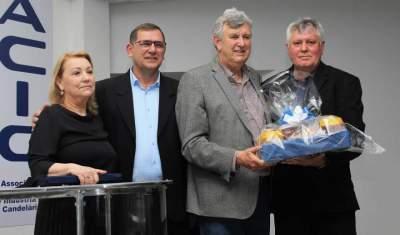 Dirigentes da Acic entregaram uma placa e um presente para Heinze