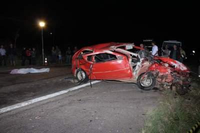 Corpo da vítima fatal foi arremassada para fora do carro