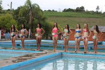 As oito concorrentes perfiladas diante dos jurados