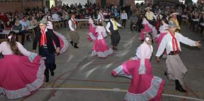Centenas de pessoas prestigiam o Festival do Porco no Rolete