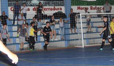 A comemoração do segundo gol do Pinheiro