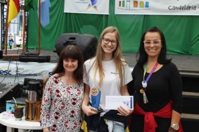 A premiação da terceira colocada na categoria infantojuvenil