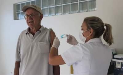 Grande procura no primeiro dia muda cronograma de vacinação dos idosos