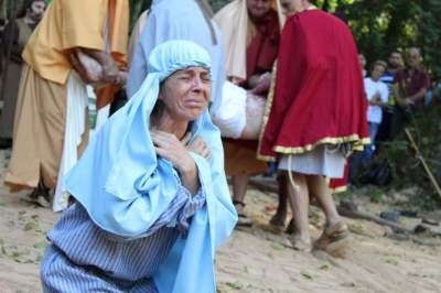 A dor de Maria, a mãe de Jesus: realismo das cenas emocionou os presentes