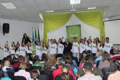 Diretor-Presidente do Instituto Crescer Legal, Iro Schunke, com os alunos em ato de encerramento - Fotos: Tiago Garcia - Folha