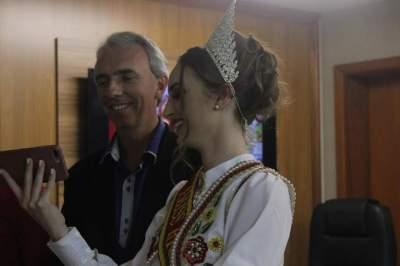 Emanuela Schuster e o prefeito Paulo Butzge (Fotos: Odete Jochims • Folha)