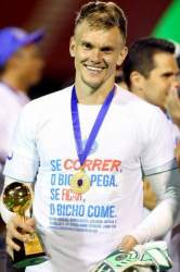 Douglas com o prêmio de destaque da final do Campeonato Baiano de 2018