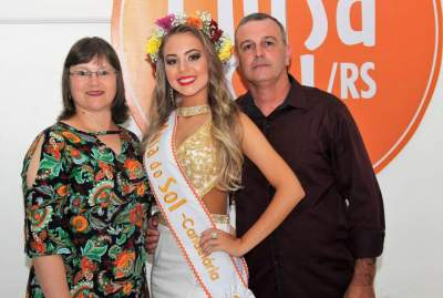 Júlia com os pais Silvana e Wanderlei
