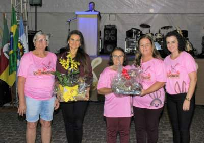 Primeira-dama Gabriela e a secretária de Assistência Social, Marta Emmel, foram homenageadas pelos grupos de mulheres