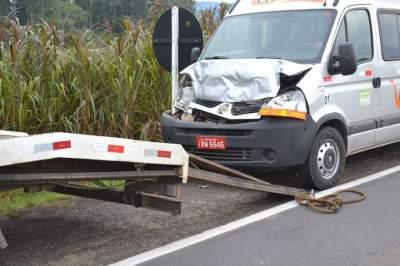 Com o impacto, veículo chegou atingir um caminhão