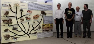 Prefeito Paulo Butzge, Carlos Rodrigues, Belarmino Steffanello e Agustin Martinelli ao lado do diorama