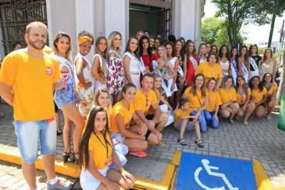 As candidatas com organizadores em frente a Casa de Cultura