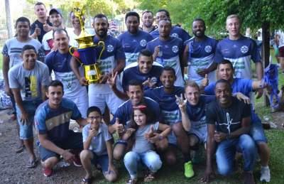 A equipe do Ewaldo Prass com o troféu de campeão. Título inédito conquistado de forma invicta