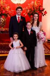 Os noivos Alesandra e Samuel com os pajens Carolina Garske Pereira e Diogo Borstmann Glasenapp