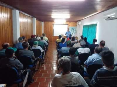 Beneficiários do Programa Troca-Troca de Sementes assistem palestra técnica sobre milho