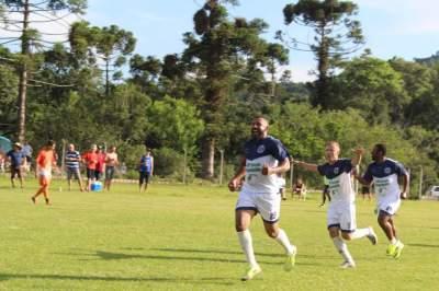 Diego comemora o gol que abriu a vitória sobre o Estrela nas equipes A
