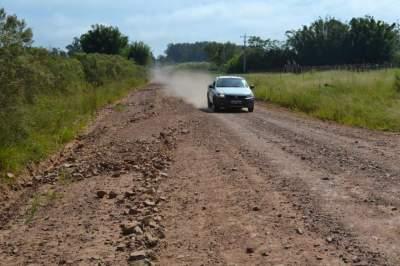 Após patrolamento, pedras soltas obrigam motoristas a circular pela contramão