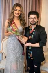 Priscila Moraes recebe flores de Michael Costa, organizador do Miss Latina RS