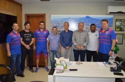Prefeito Paulo Butzge, vice Nestor Ellwanger e Secretario Dionatan Moralles com representantes de Atlético e Grêmio