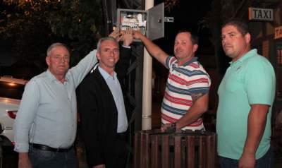 Prefeito Paulo e o vice Nestor, ao lado dos servidores Deivis e Cristiano, acenderam as luzes