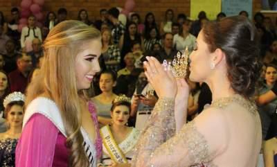 Emocionada, Diovana passou a coroa para a nova Rainha