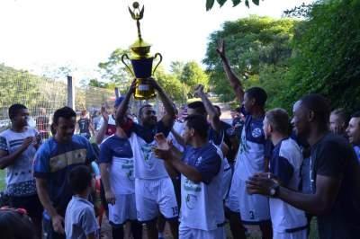 Ewaldo Prass comemora o título conquistado na Curva do Rio