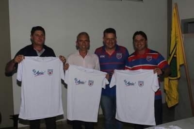 Vereador Jairo Radtke, Prefeito Paulo Butzge e Secretário Dionatan Moralles receberam camisetas especiais entregues pela diretoria do Atlético