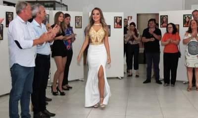 A entrada de Júlia no evento realizado na Casa de Cultura