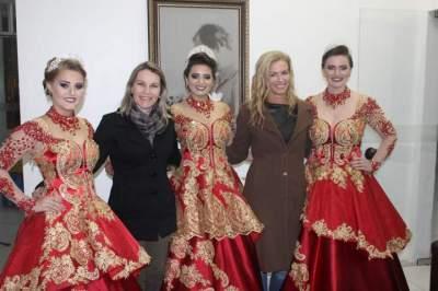 As soberanas do município, ao lado da coordenadora da Casa de Cultura, Fabiana Faber, e da patrona da feira