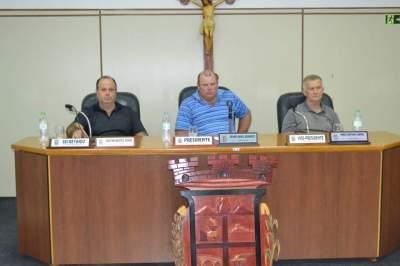 Presidente Gésimo Daniel Bernardy (ao centro) comandou início dos trabalhos no legislativo
