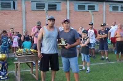 João Hirst, goleador dos veteranos. O troféu foi entregue a um representante do Jursal
