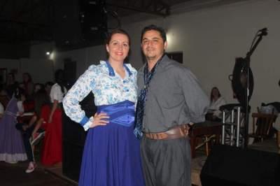 Os professores do curso de dança Jaqueline Schultz e Leandro Pereira