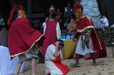O início do sacrifício: Jesus recebe a coroa de espinhos