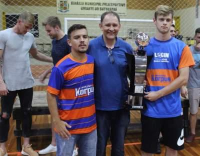 A premiação para a Korpus Futsal como vice-campeã do sub 17
