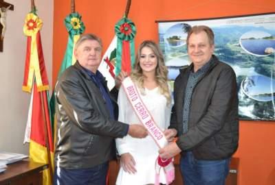 Luisa Radtke Richardt com o prefeito Jorge e o vice  Edson
