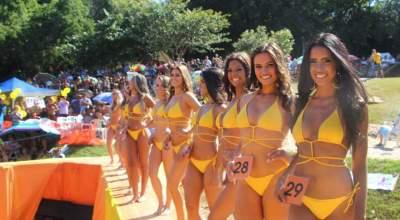 No domingo, 3, candidatas fazem desfiles coletivos e individuais na passarela montada sobre o rio Pardo, na Prainha, em Candelária
