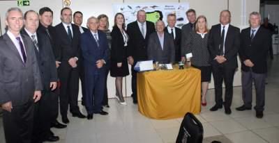 Os vereadores, o prefeito e o vice-prefeito com o homenageado