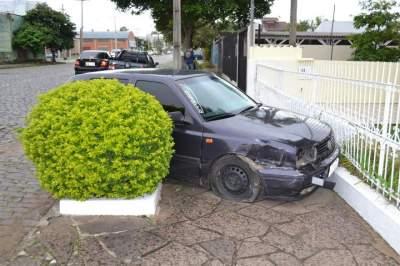 Motorista sofre mal súbito e colide contra grade em frente a uma residência