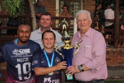 Prefeito Guido Hoff entrega troféu para o capitão Alisson, do Sem Compromisso