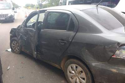 Acidente deixa uma pessoa ferida no trevo de acesso à Linha do Rio