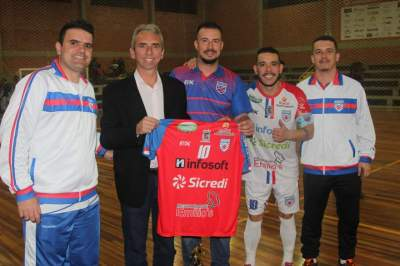 Prefeito Paulo Butzge recebeu uma camiseta do Atlético pelo apoio ao projeto do clube